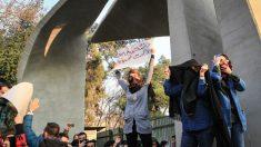 Gli iraniani in piazza a rischio della vita contro il regime islamico
