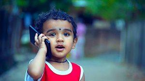 Il governo francese vuole proibire il cellulare ai minori di sei anni