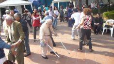 Il nonno butta via le stampelle e si sfrena nel ballo