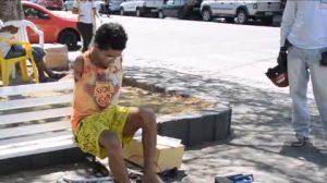 Uomo nato senza braccia costruisce giocattoli con i piedi