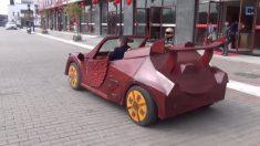 Un'automobile funzionante fatta di legno