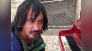 Un senzatetto si siede al pianoforte, ed è bravissimo