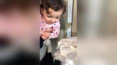 Bambina dà il benvenuto alla sorellina appena nata