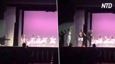 La bimba piange durante la recita. E il papà balla con lei sul palco
