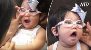 La bimba si mette gli occhiali per la prima volta, ed è scioccata