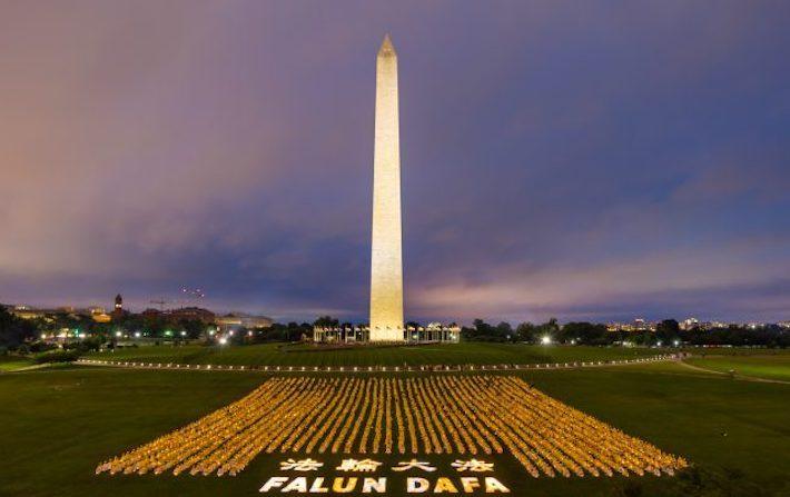 Il monumento di Washington illuminato da migliaia di candele, in memoria delle vittime del regime cinese