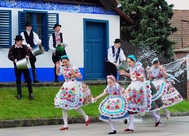 108099b2838e Giovani ragazze e ragazzi vestiti con abiti tradizionali della zona di  Kalocsa