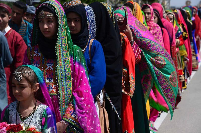 14d3fef3e18c Donne e ragazze afghane vestite con gli abiti tradizionali attendono  l arrivo del presidente afghano Ashraf Ghani
