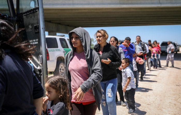 Test del Dna sui migranti Messico-Usa, il 30% dei 'genitori' dei bambini sono falsi