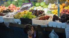 Consumatori cinesi scioccati dall'aumento dei prezzi della frutta