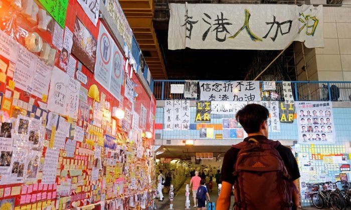 Hong Kong, giovani manifestanti aggrediti da uomo ritenuto pro-Pechino