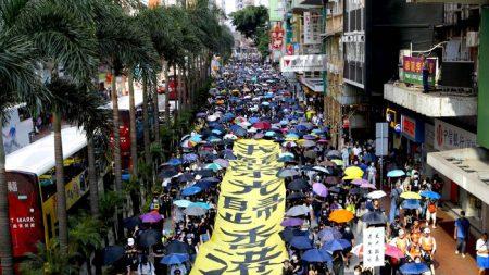 La popolazione di Hong Kong sfida il divieto anti maschere