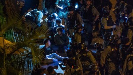 La polizia di Hong Kong filmata mentre tortura e umilia i manifestanti