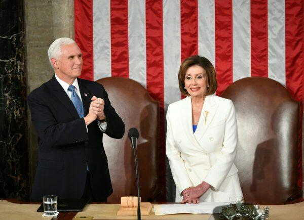 Donald Trump non le dà la mano, Nancy Pelosi si vendica alle sue spalle