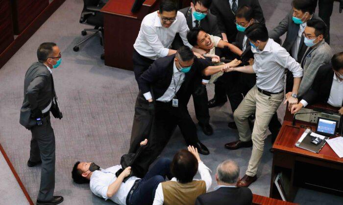 Hong Kong, scontri in Parlamento tra l'ala pro-democrazia e quella filo-Pechino