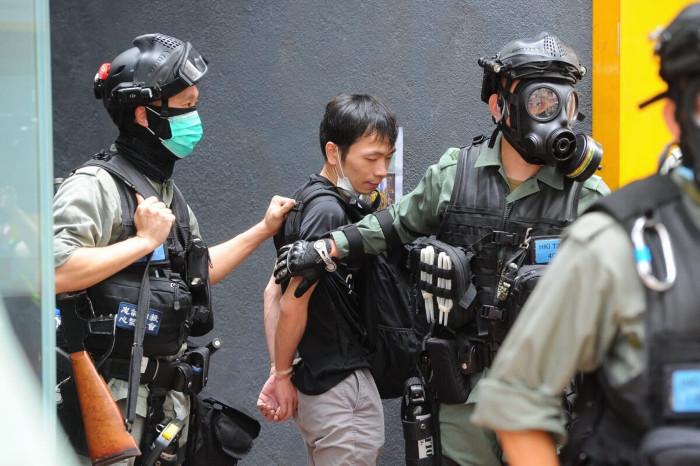 manifestante di Hong Kong viene ammanettato