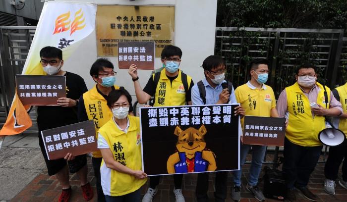 protesta fuori dall'ufficio di collegamento di Hong Kong