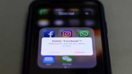Il virus intensifica la censura sui social media