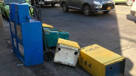 Decine di box per i giornali di Epoch Times vandalizzati a New York