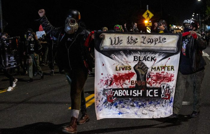 I manifestanti di Portland usano molotov e mortai contro la polizia; oltre 50 arresti