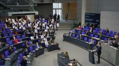 Proteste a Berlino mentre il Parlamento approva una legge sul Covid