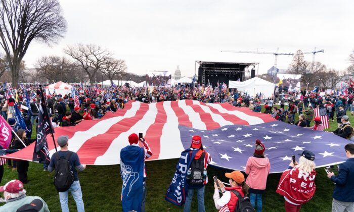 Decine di migliaia di persone si radunano a Washington per chiedere integrità elettorale