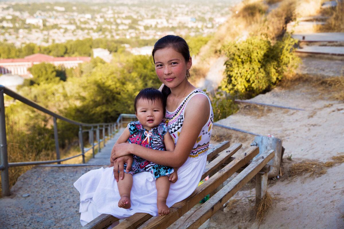 Madre e figlio in Kirghizistan