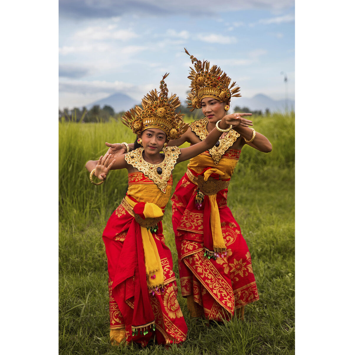 Mamma e figlia danzano in Indonesia