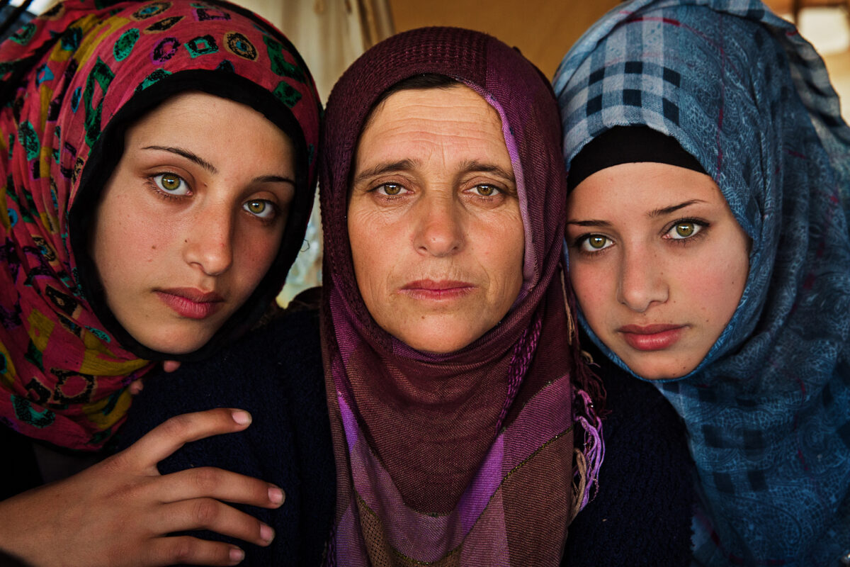 Madre e figlie in un campo rifugiati in Grecia