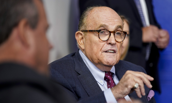 Fbi perquisisce l'appartamento di Giuliani: sequestrati dispositivi elettronici
