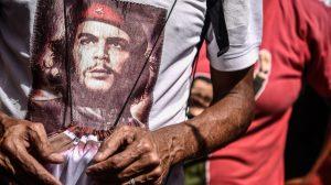 Video: Perché i giovani di sinistra indossano magliette di Che Guevara? | Larry Elder