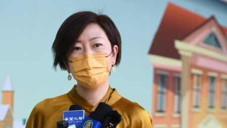 Hong Kong, uomo con mazza da softball attacca reporter di Epoch Times