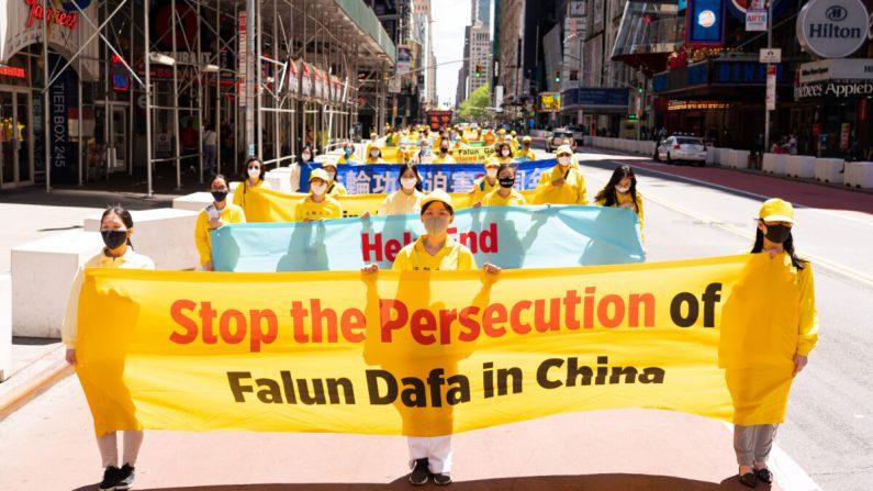 Migliaia di praticanti del Falun Gong sfilano per Manhattan, mostrando perseveranza e speranza