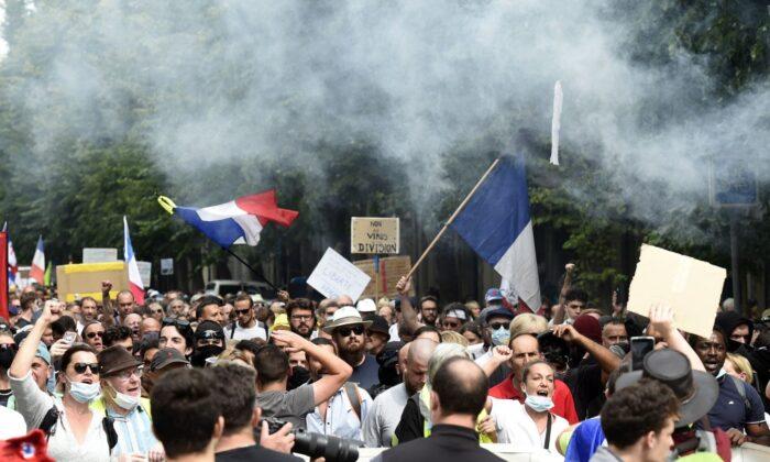 «Abolirlo»: le proteste francesi contro il Green Pass continuano per la sesta settimana