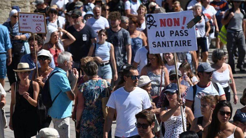 Decine di migliaia manifestano contro il 'green pass' in Francia e Germania