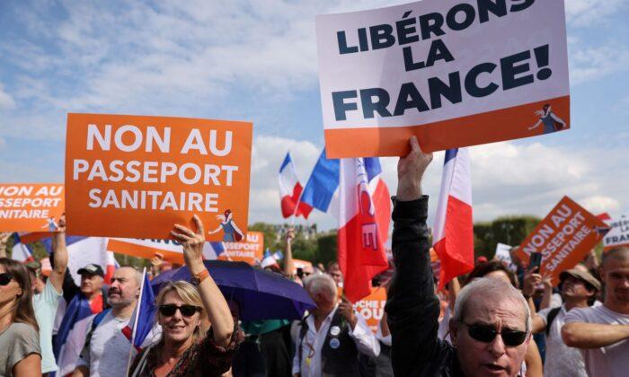 «Non mi sottometterò»: 140.000 cittadini francesi protestano contro il Green Pass