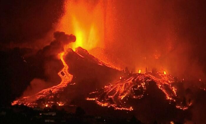Canarie, erutta il vulcano di Cumbre Vieja dopo centinaia di scosse sismiche
