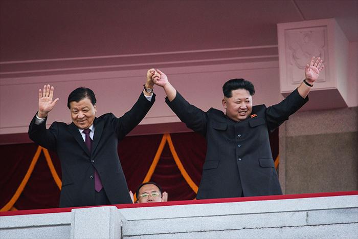 Il 10 ottobre 2015 il dittatore nordcoreano Kim Jong-Un e il membro del Comitato permanente del Politburo del Partito Comunista Cinese Liu Yunshan salutano i partecipanti alla grande sfilata militare di Pyongyang (Ed Jones/Afp/Getty Images).